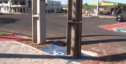 Rampa de acessibilidade para cadeirantes é construída com poste no meio, em Umuarama
